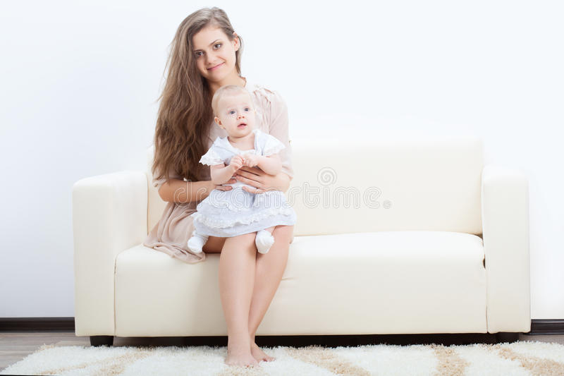 沙发的母亲和婴孩 免版税库存照片