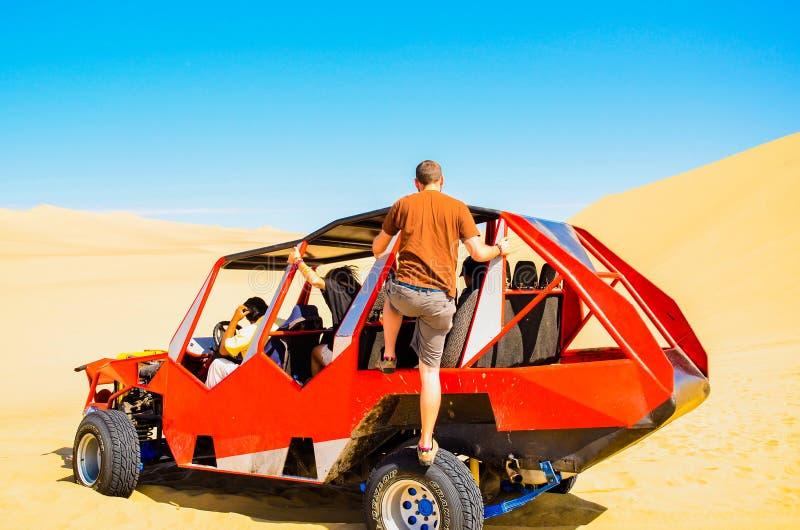 沙地汽车用于搭载实践在沙丘的游人沙子搭乘在Huacachina沙漠,秘鲁 免版税库存照片
