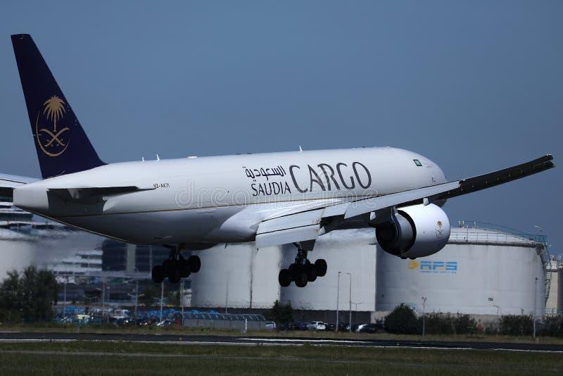 沙地阿拉伯航空在机场,阿姆斯特丹机场,AMS的货机着陆 免版税库存照片