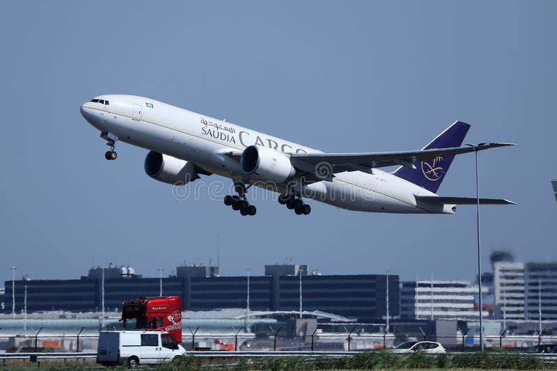 沙地阿拉伯航空起飞从阿姆斯特丹史基浦机场,AMS的货机 库存照片