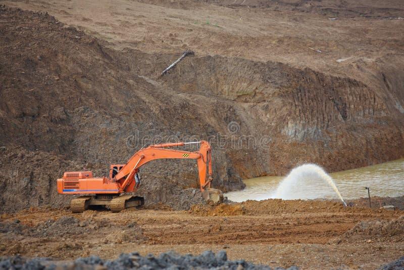 沙坑 建筑的沙子专辑 充分挖坑美好的沙子和卡车轨道 免版税库存图片