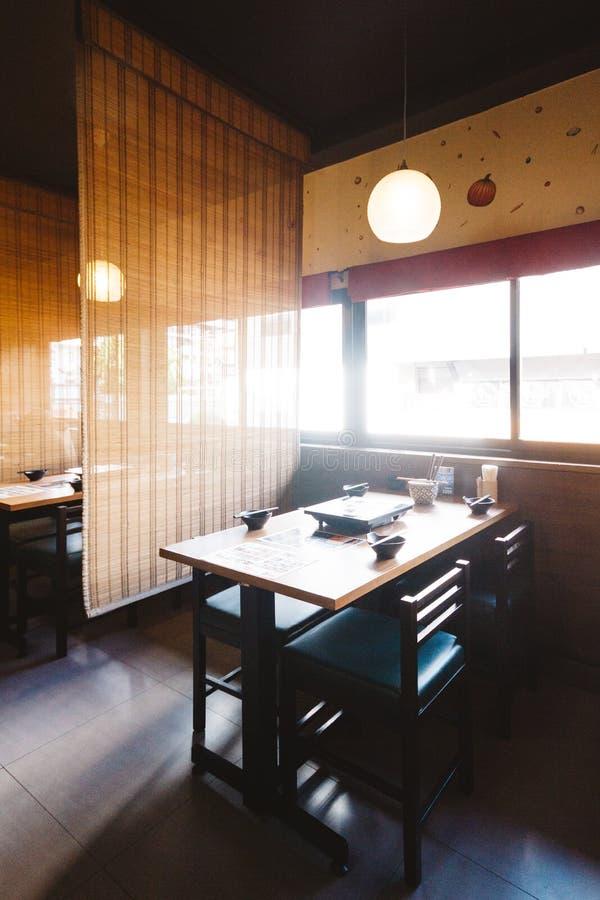 沙埠饭桌集合包括一张木桌和四个位子与竹天花板保密性的 免版税库存图片