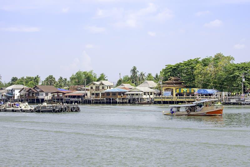 沙子和天空船只负荷在昭拍耶河背景都市风景的在朴kret的在暖武里,泰国 2019?4?16? 库存照片