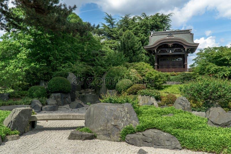 沙子和植物在寺庙旁边 免版税库存图片