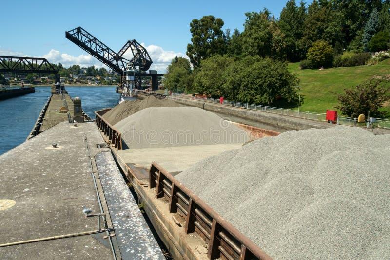 沙子和石渣驳船推挤了入锁 库存照片