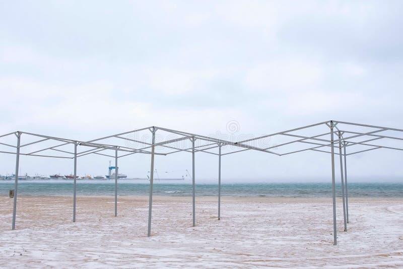 沙子和雪风暴的美丽的景色在海滩的在冬天 海港 免版税库存图片