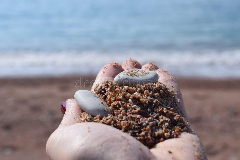 沙子在手上 库存图片