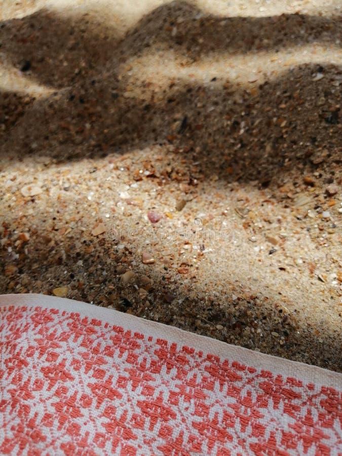 沙子在树荫下和布 免版税库存图片