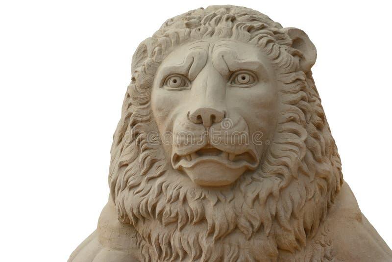 沙子在白色背景隔绝的狮子头雕塑  免版税图库摄影