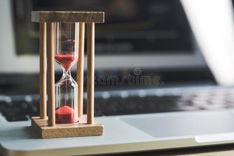 沙子在膝上型计算机的时钟定时器 时间的标志 库存照片