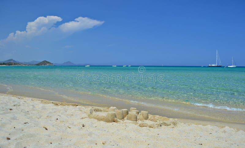 沙子城堡和海 免版税库存图片