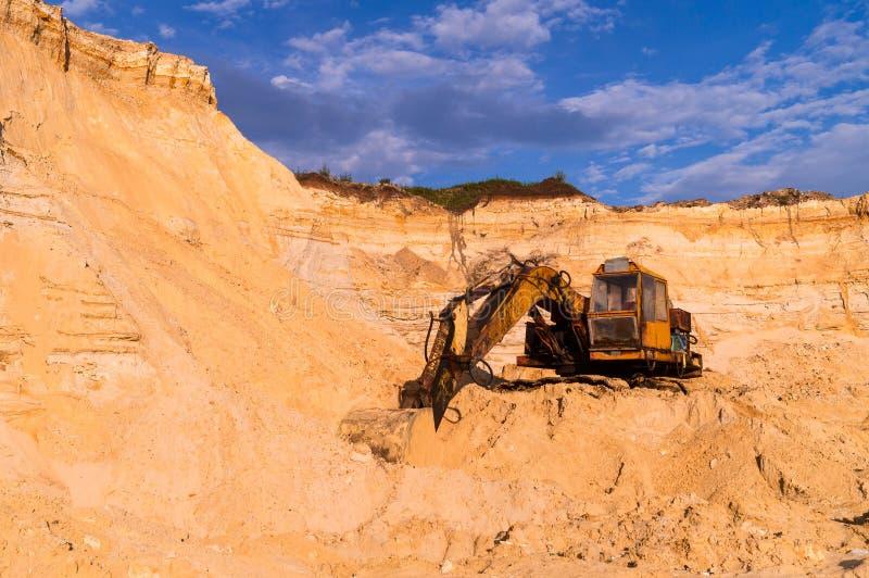 沙子开采的概念 有大量手段的老猎物沙子挖掘机 E 在断裂的老生锈的推土机机器 库存图片