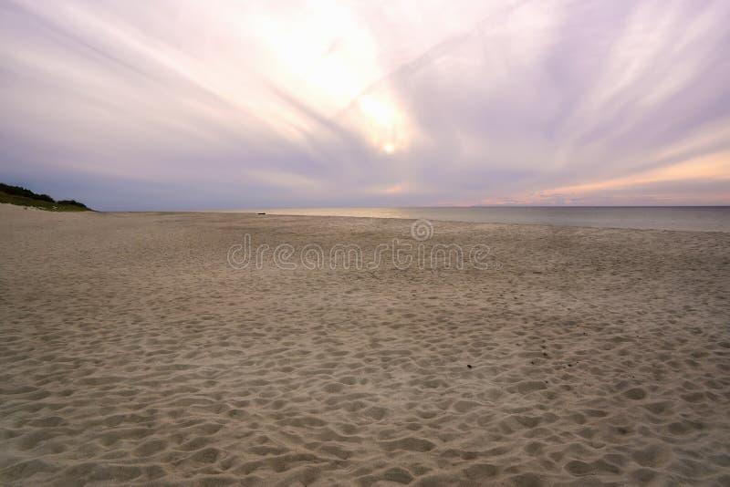 沙子海滩和桃红色衰落一个宽土坎的看法  免版税图库摄影
