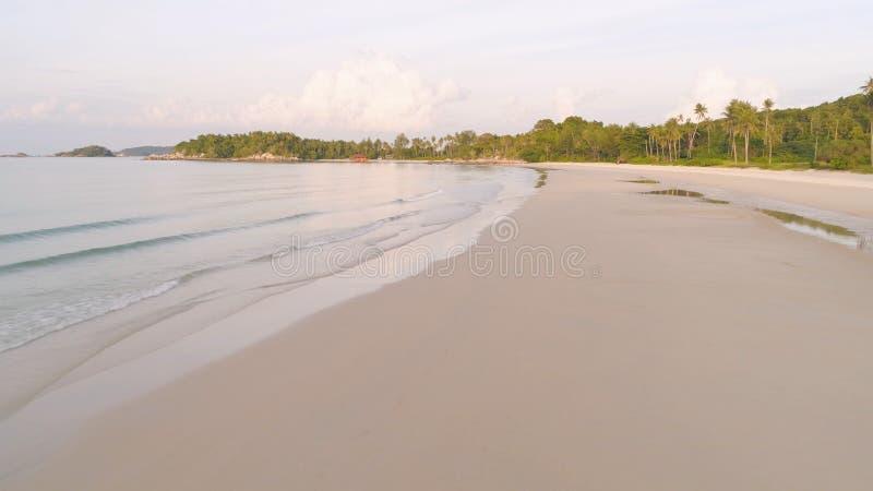 沙子海滩天线 射击 一个美丽的沙滩天线的顶视图有蓝色的挥动辗压入岸 顶视图 免版税库存图片