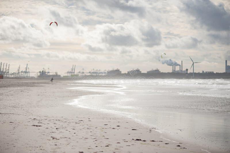 沙子海滩有与烟的工业背景 库存图片