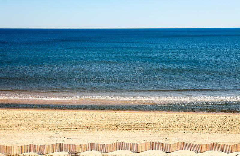 沙子海滩用海的燕麦和全景沙丘的篱芭 免版税图库摄影