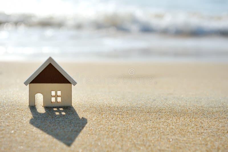 沙子海滩的议院在海附近 免版税库存照片