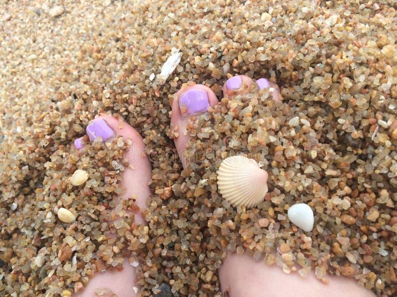沙子用脚尖踢愉快的痒感 免版税库存照片