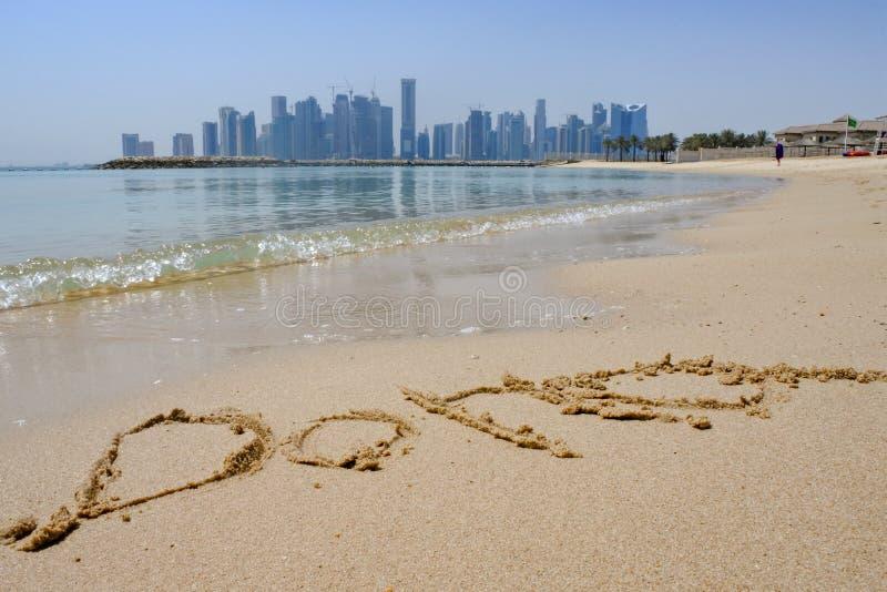 沙子的多哈与城市地平线在背景中 免版税库存图片