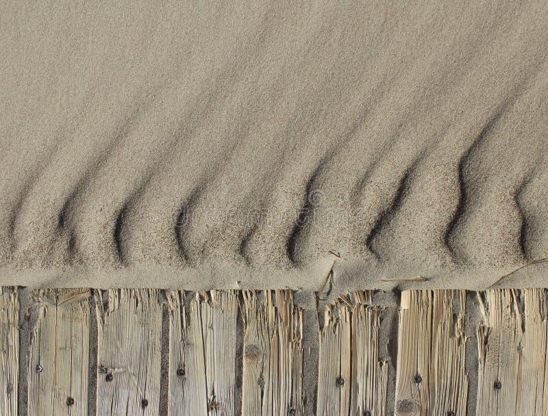 沙子起波纹水平海滩木道路的背景 免版税库存照片