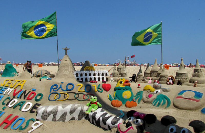 沙子雕塑在有巴西旗子的里约热内卢 免版税库存图片