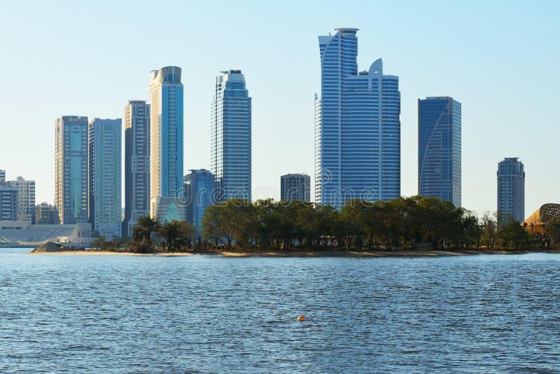 沙扎的摩天大楼从Khalid湖边的 免版税图库摄影