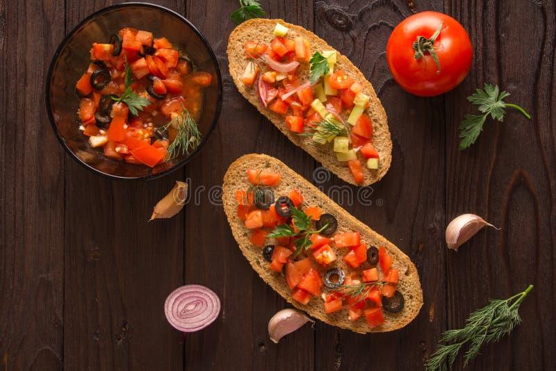 沙拉三明治、蕃茄沙拉用橄榄和黄瓜 绿叶 免版税库存图片
