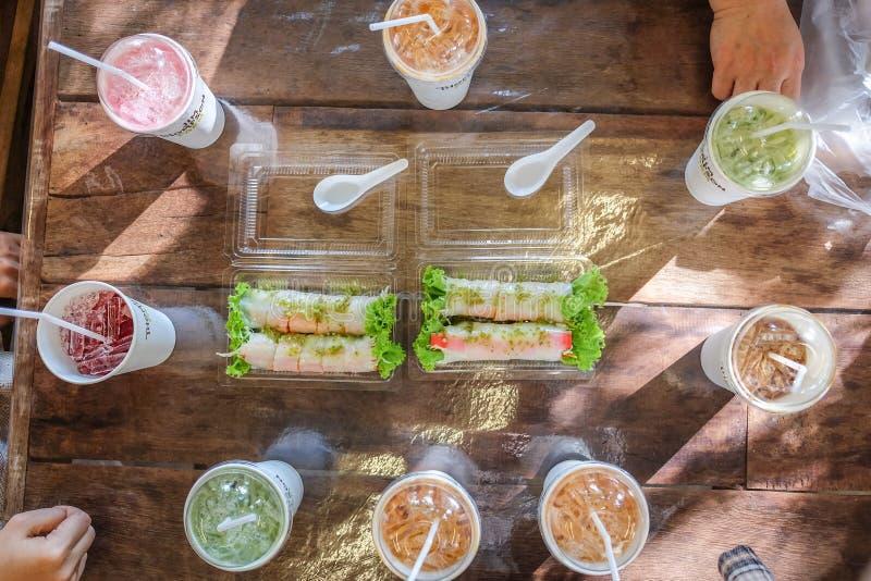 沙拉卷和奶油沙司 免版税库存图片