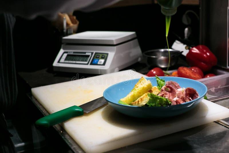 沙拉在厨房里 免版税图库摄影