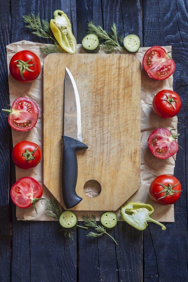 沙拉成份 在木头的新鲜的未加工的蔬菜 健康烹调沙拉 有厨刀的切板 免版税库存照片