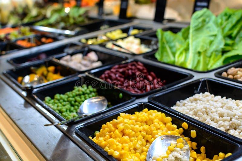 沙拉柜台在超级市场 库存照片