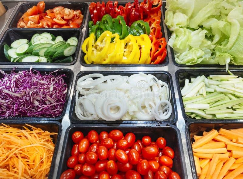 沙拉柜台新鲜蔬菜健康食物 免版税库存照片
