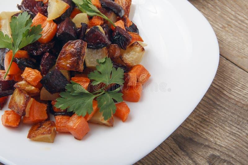 沙拉烘烤了甜菜根、新鲜的红萝卜和土豆 从有机产品的健康食物 库存图片