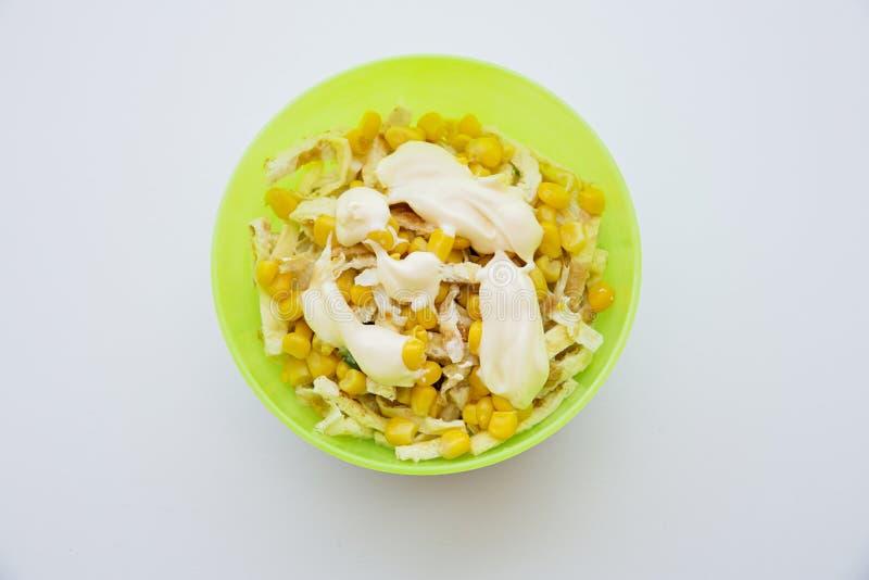 沙拉用在板材的玉米和蛋薄煎饼 库存照片