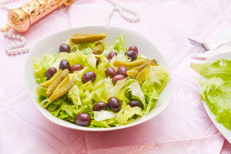 沙拉用橄榄和腌汁 免版税库存照片
