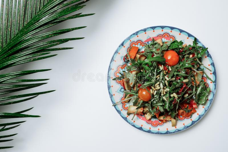 沙拉用火箭沙拉和西红柿在一白色backgroun 库存图片