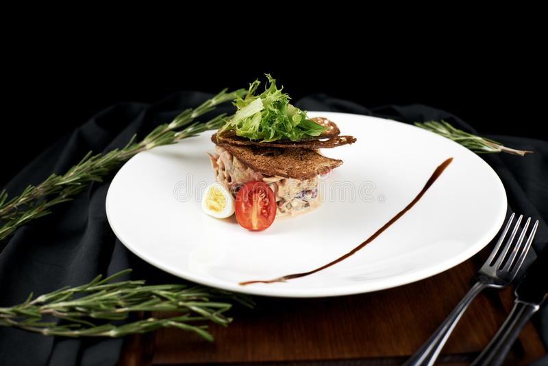 沙拉用烤牛肉和在黑暗的背景的被烘烤的鸡 免版税图库摄影