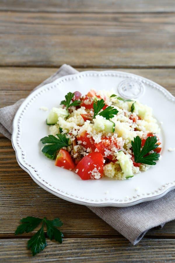 沙拉用煮熟的蒸丸子和在板材的新鲜蔬菜 免版税库存图片