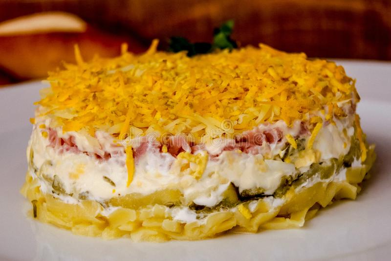 沙拉用玉米,在乳脂状的奶油的芝麻 免版税库存图片