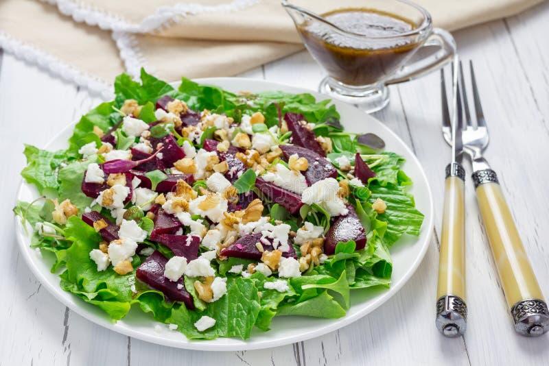 沙拉用甜菜、希腊白软干酪和核桃 库存照片