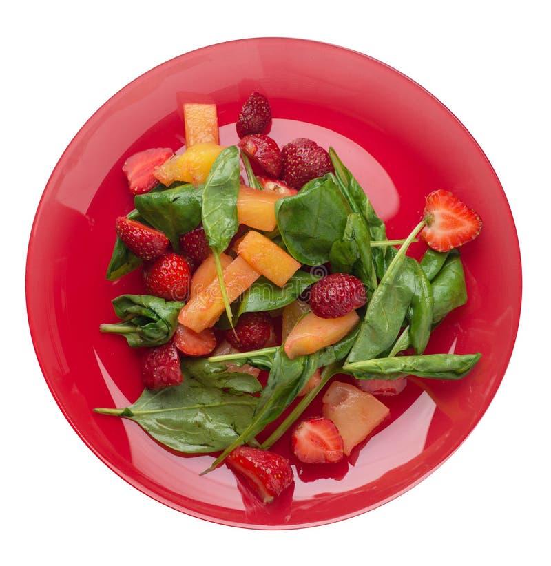 沙拉用草莓、菠萝和菠菜在板材 在白色背景顶视图隔绝的果子素食沙拉 库存图片