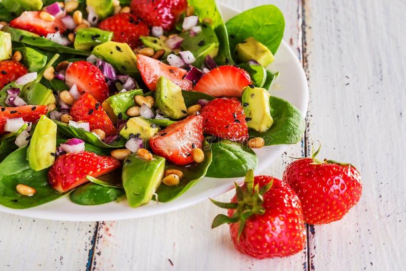 沙拉用草莓,鲕梨,菠菜 免版税图库摄影