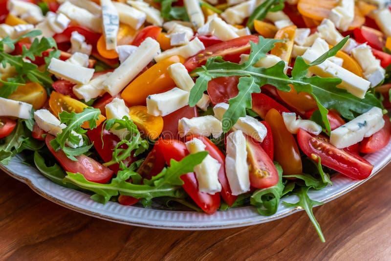 沙拉用蕃茄、青纹干酪、芝麻菜和向日葵种子 库存图片