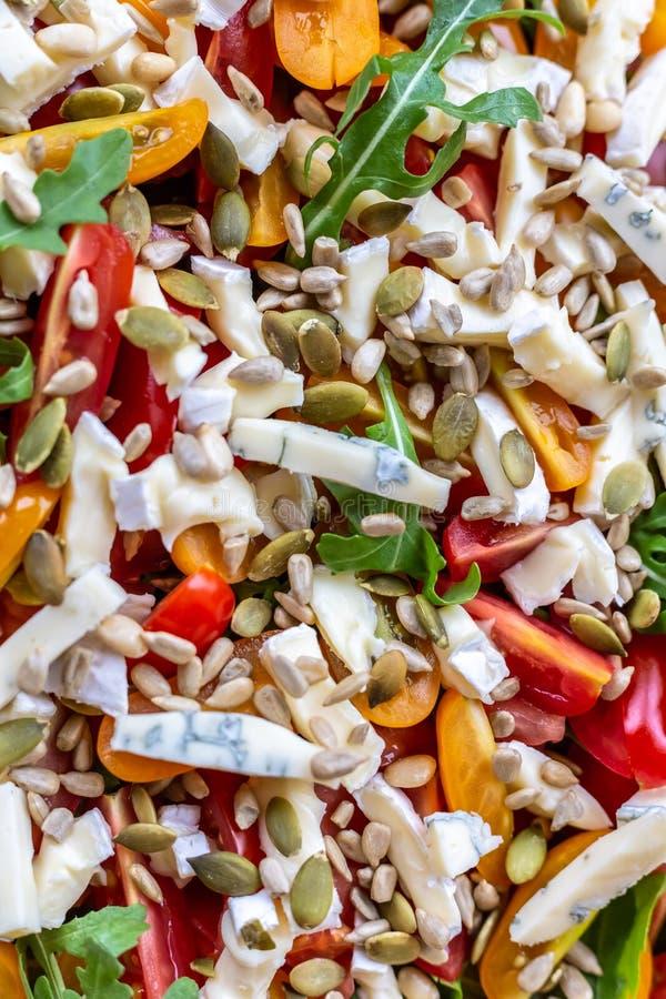 沙拉用蕃茄、青纹干酪、芝麻菜和向日葵种子 免版税图库摄影