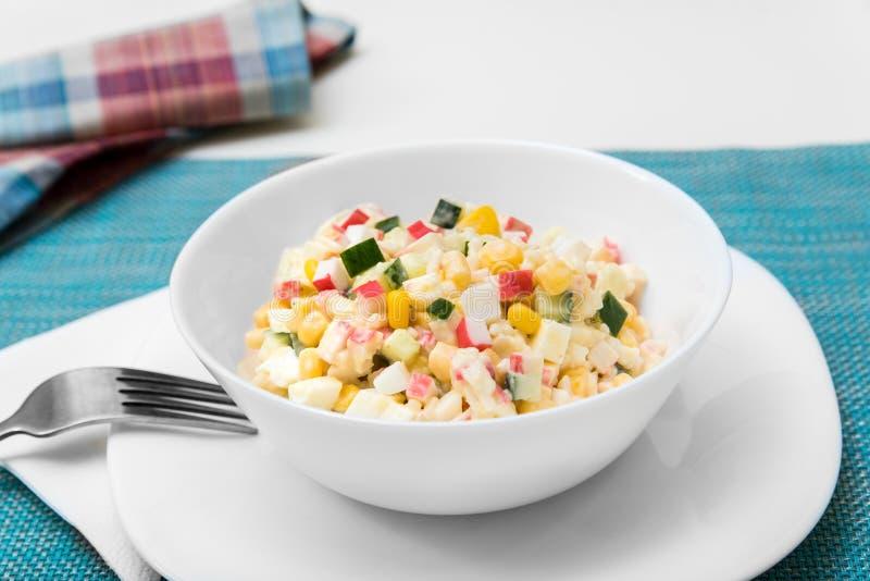 沙拉用螃蟹棍子、玉米、黄瓜和鸡蛋 库存照片
