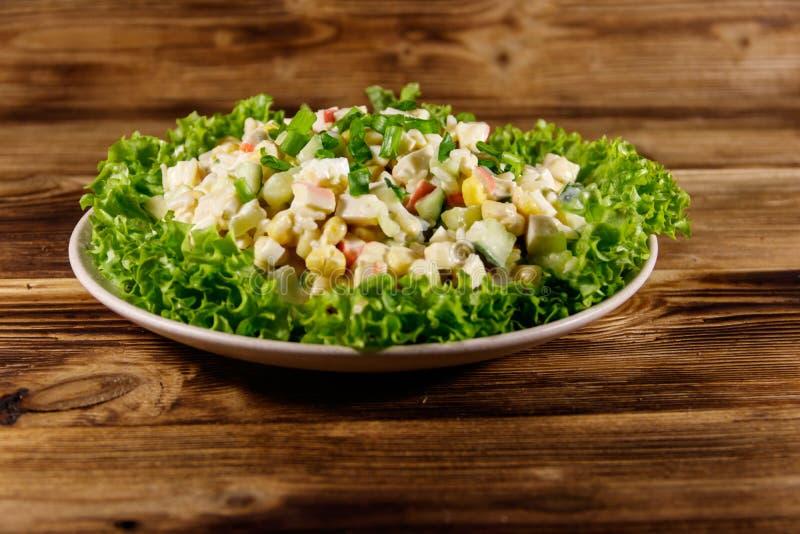 沙拉用螃蟹棍子、甜玉米、黄瓜、鸡蛋、米和蛋黄酱 免版税库存图片