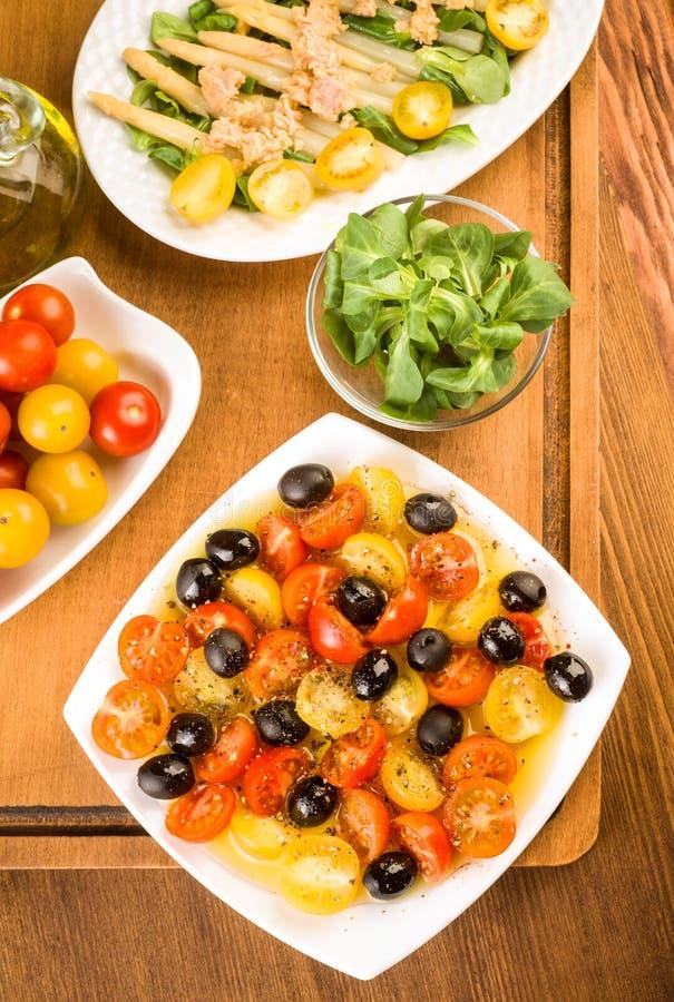 沙拉用西红柿和橄榄在木 库存照片