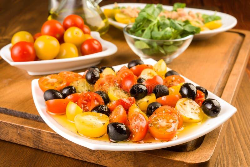 沙拉用西红柿和橄榄在木 免版税库存图片