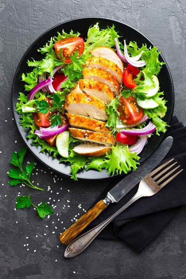 沙拉用鸡肉 新鲜蔬菜沙拉用鸡胸脯与鸡内圆角和新鲜蔬菜的肉沙拉 免版税库存照片
