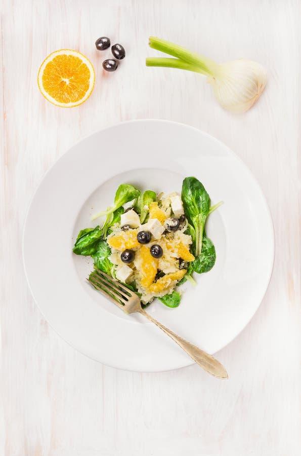 沙拉用茴香、桔子和橄榄在板材 免版税图库摄影